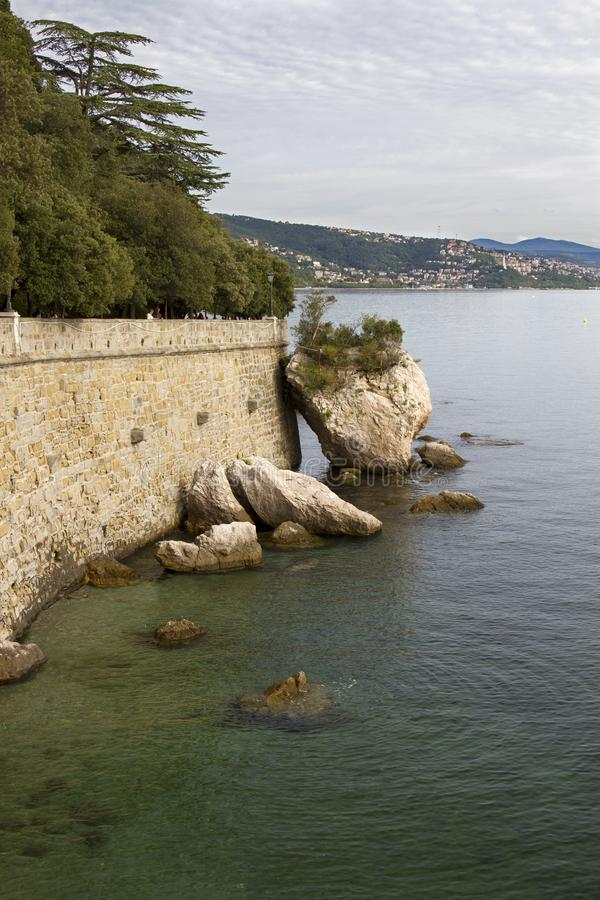 美丽的里雅斯特的看法有它的烽火台和海湾的在日落,意大利 图库摄影
