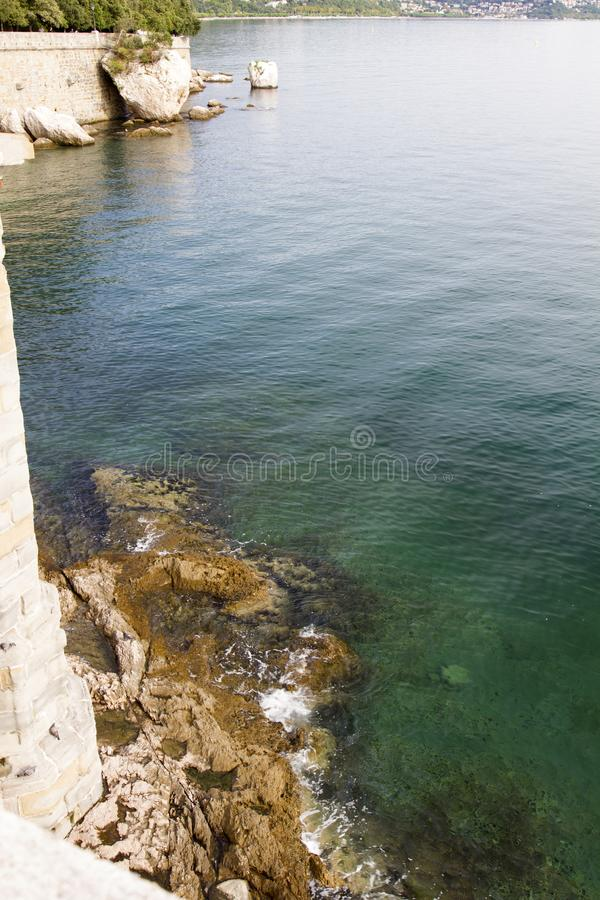 美丽的里雅斯特的看法有它的烽火台和海湾的在日落,意大利 库存照片