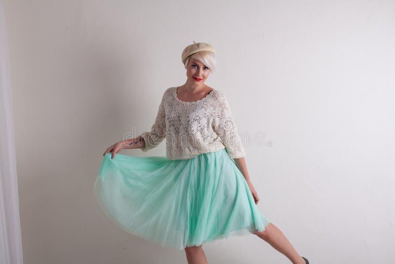 美丽的金发碧眼的女人和轻的礼服爱时尚 免版税库存图片