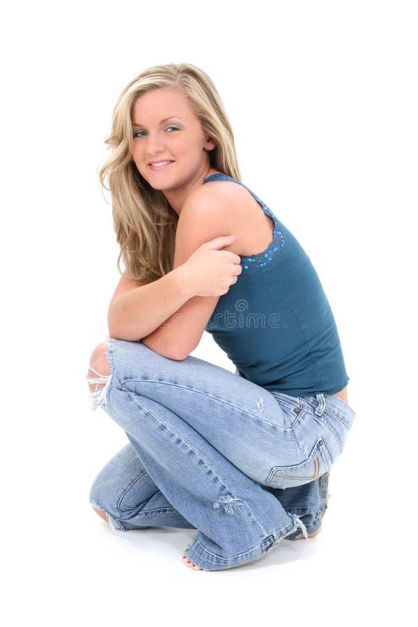 美丽的金发碧眼的女人注视头发淡褐&# 免版税图库摄影