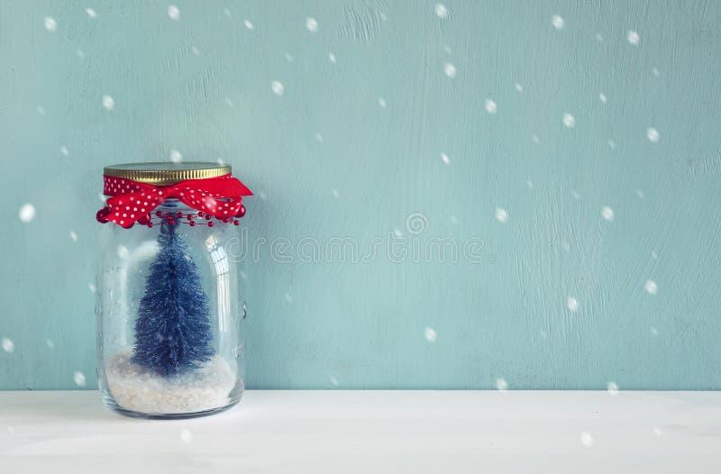 美丽的金属螺盖玻璃瓶的图象有圣诞树的 免版税库存图片