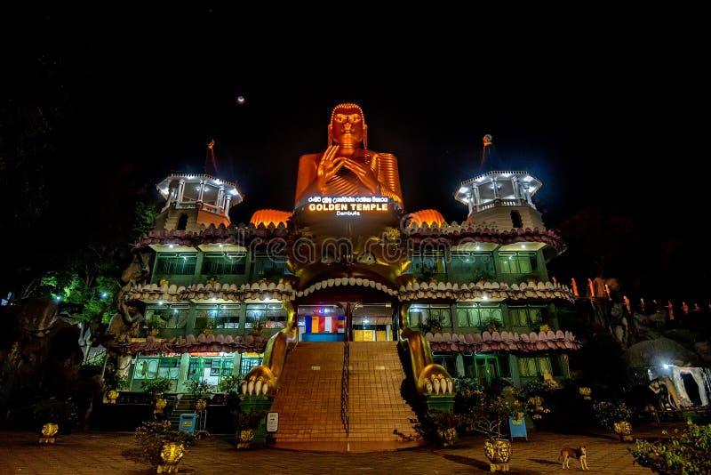 美丽的金黄寺庙在Dambulla在夜之前 图库摄影