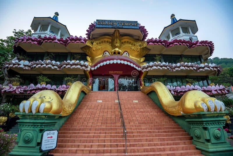 美丽的金黄寺庙在Dambulla 免版税库存照片