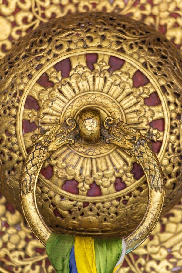 美丽的金黄门把手在Rumtek修道院里在甘托克,印度 库存照片