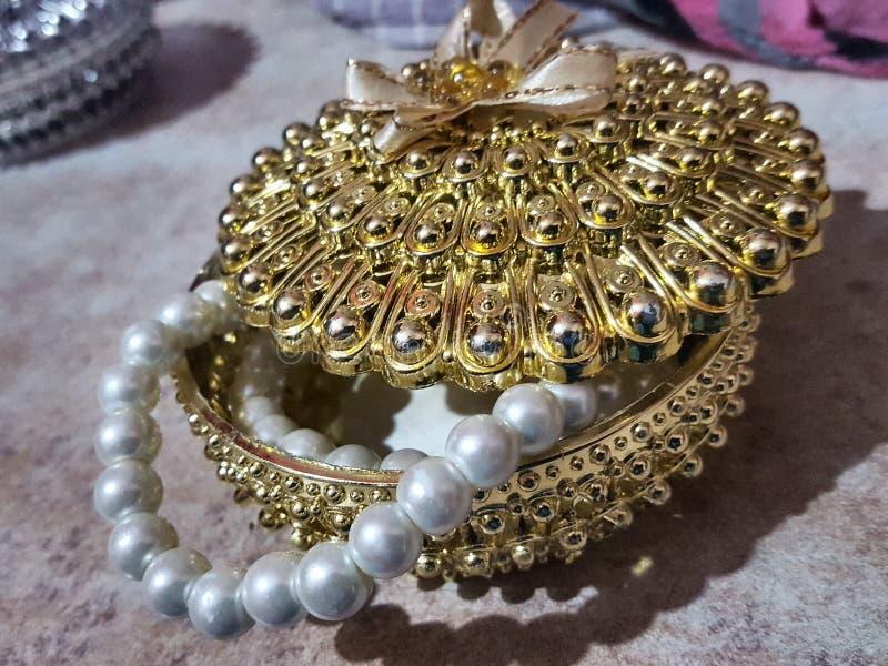 美丽的金黄首饰礼物盒 库存照片
