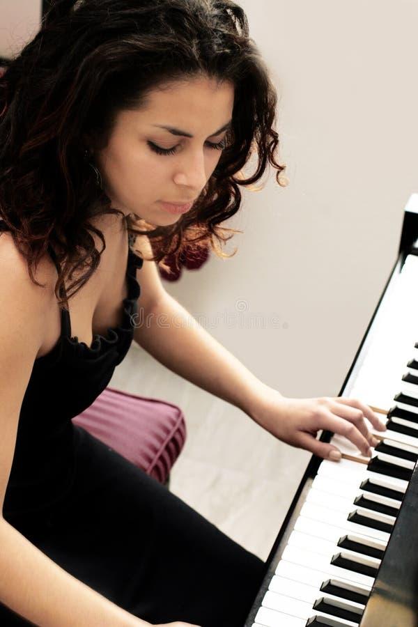 美丽的钢琴演奏家 免版税图库摄影