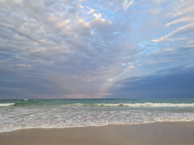 美丽的镇静平安的海滩和安静的海在晚上 免版税图库摄影