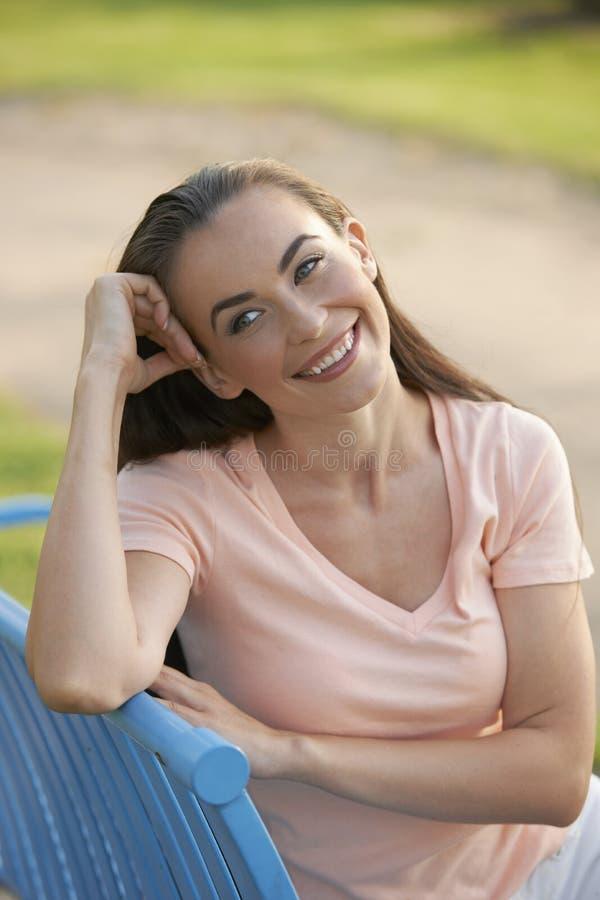 美丽的长凳蓝色浅黑肤色的男人 免版税库存图片