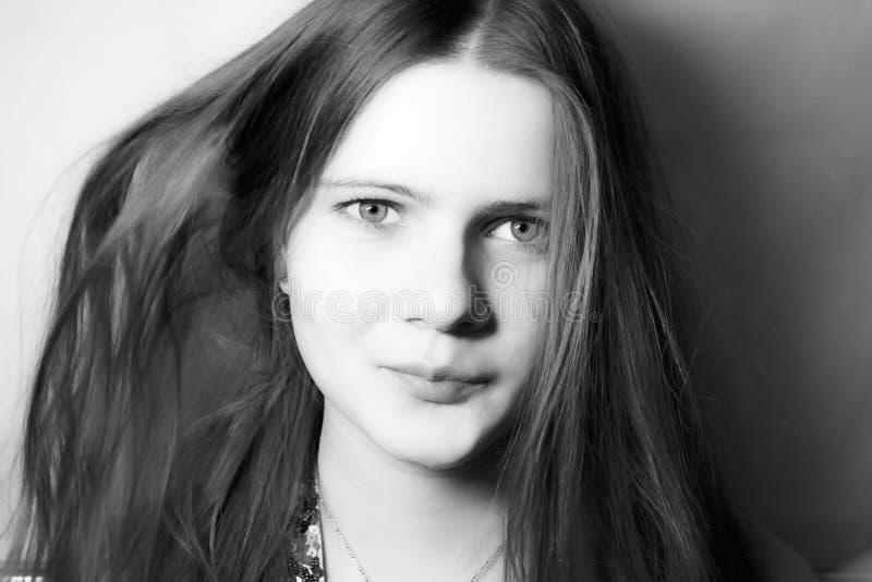 美丽的长期女孩头发年轻人 免版税库存图片