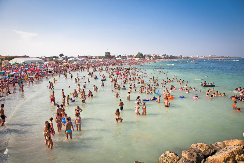 美丽的长的沙子海滩在Costinesti, Constanta,罗马尼亚 免版税库存照片