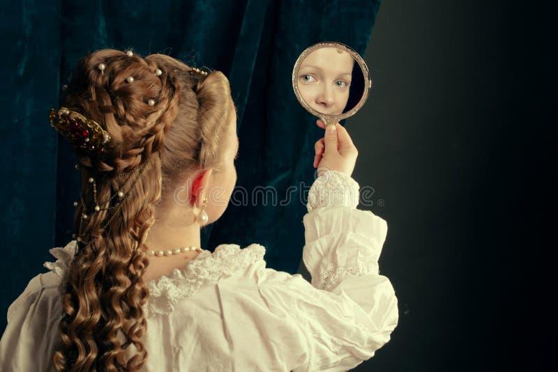 美丽的长的头发白肤金发的女孩佩带的女睡袍 免版税库存图片