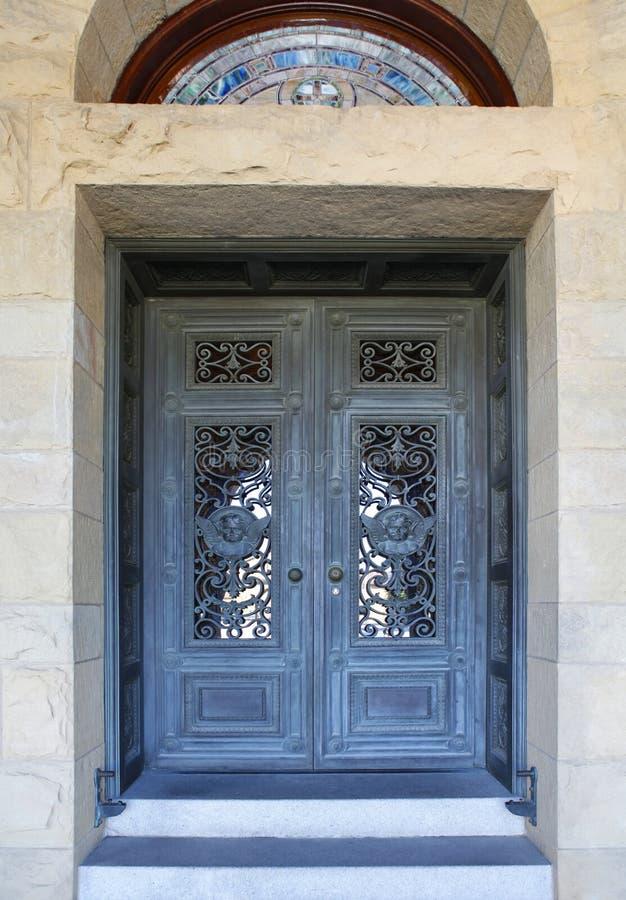 美丽的门在史丹福大学的使命教会里在Calif 库存图片