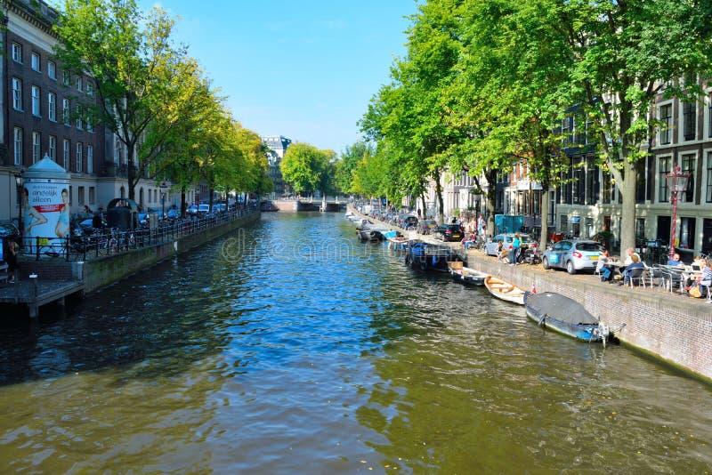 美丽的阿姆斯特丹桥梁和小船 免版税库存照片