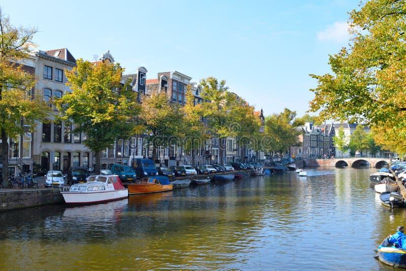 美丽的阿姆斯特丹桥梁和小船 免版税库存图片