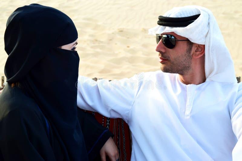 美丽的阿拉伯妇女和她的人 图库摄影