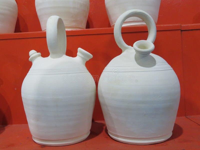 美丽的陶器投手泥喝淡水的特点西班牙 免版税库存照片