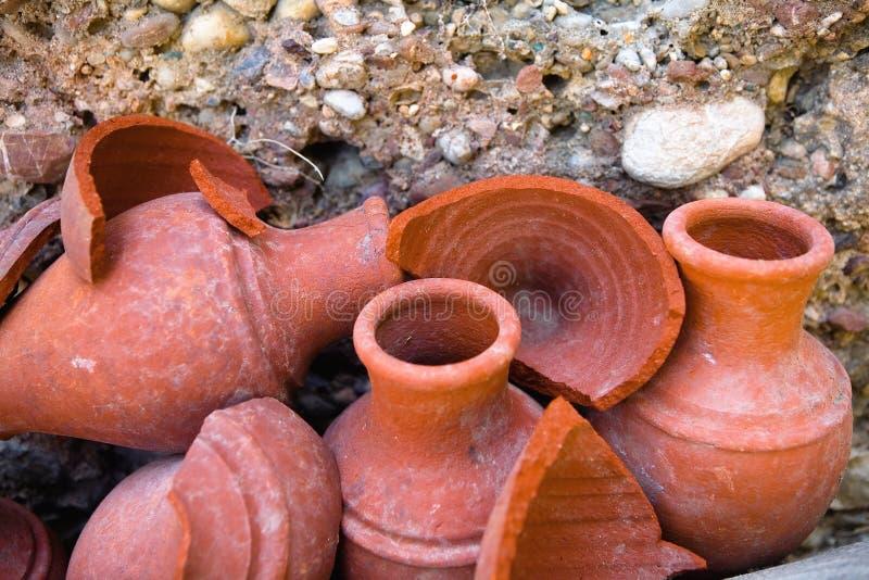 美丽的陶器水罐和他们的片段 库存照片