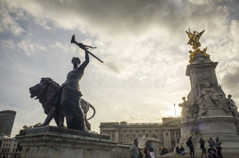 美丽的雕象白金汉宫伦敦大英国外 免版税库存图片