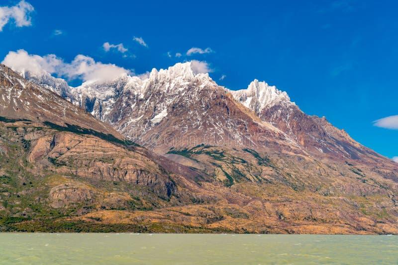 美丽的雪看法在百内国家公园加盖了山和湖灰色 库存照片