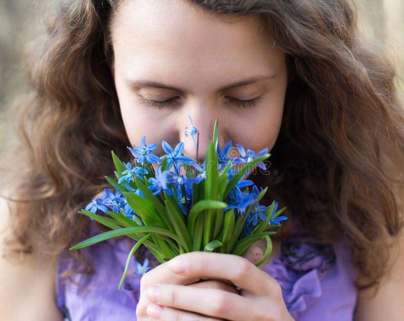 美丽的青少年的女孩气味 免版税图库摄影