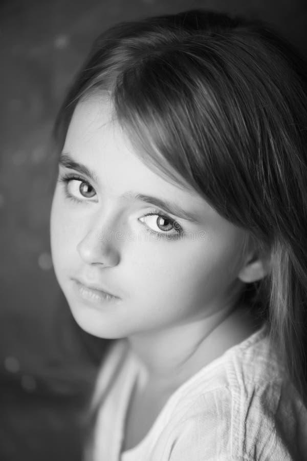 美丽的青少年的女孩黑白摄影画象  库存图片