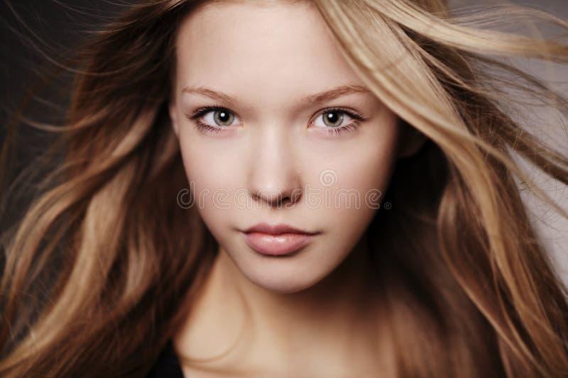 美丽的青少年的女孩画象 免版税库存图片