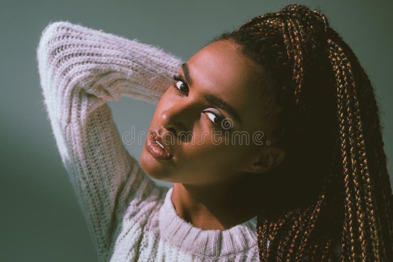美丽的非裔美国人的女孩特写镜头画象  免版税图库摄影