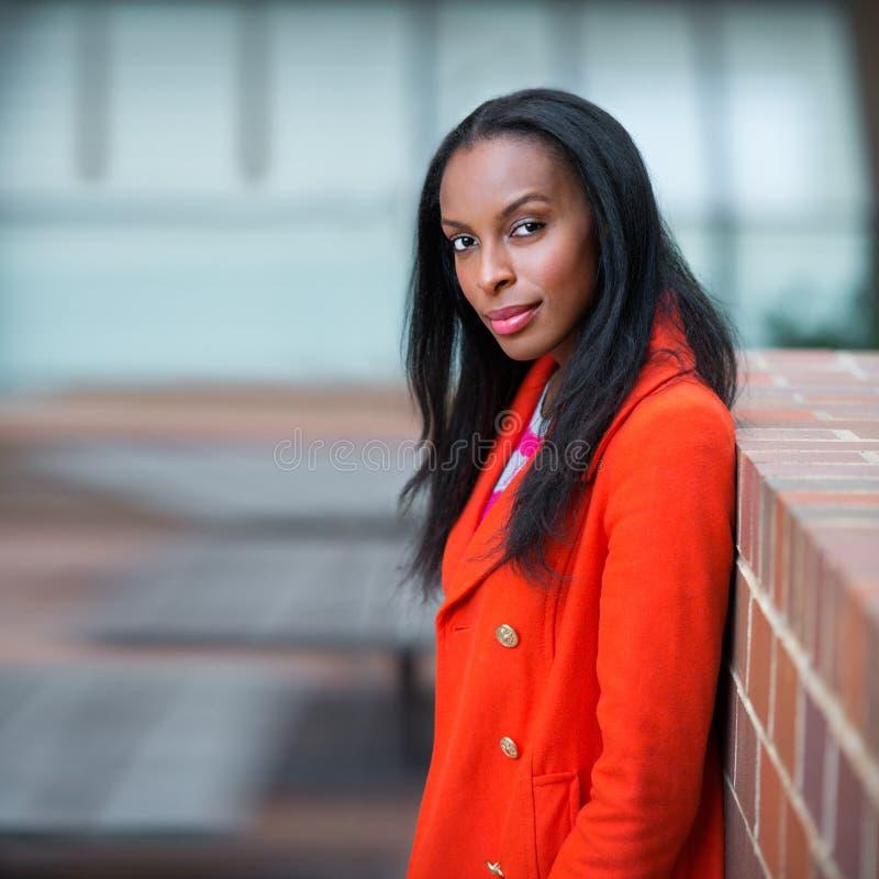 美丽的非裔美国人的确信的办公楼的妇女站立的户外画象  库存照片