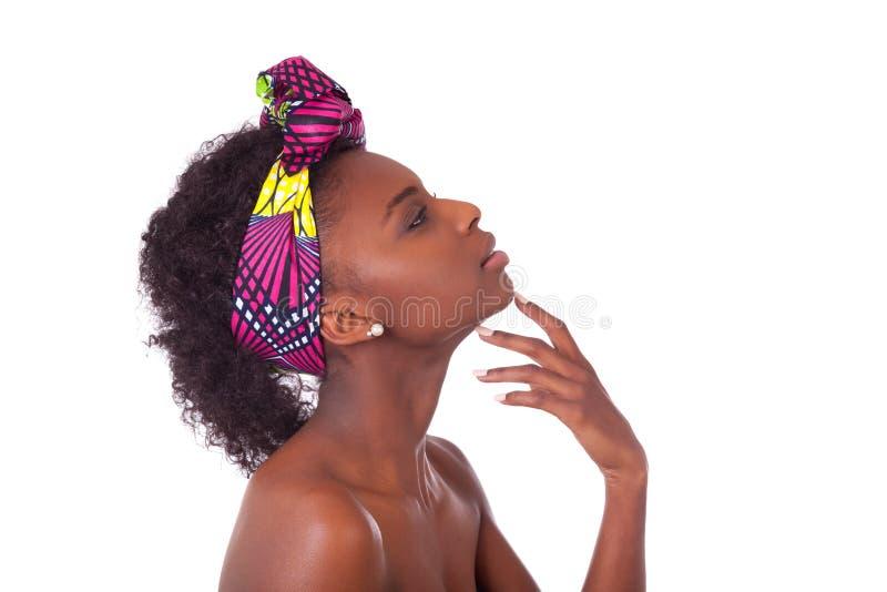 年轻美丽的非洲妇女画象,被隔绝在白色后面 免版税库存图片