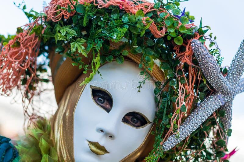 美丽的面具和服装在威尼斯狂欢节 免版税库存图片