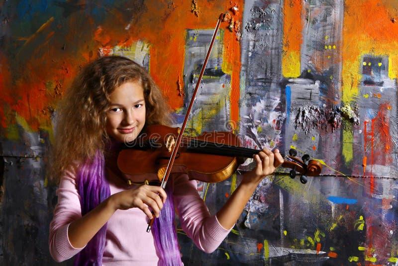美丽的音乐家小提琴 免版税库存照片