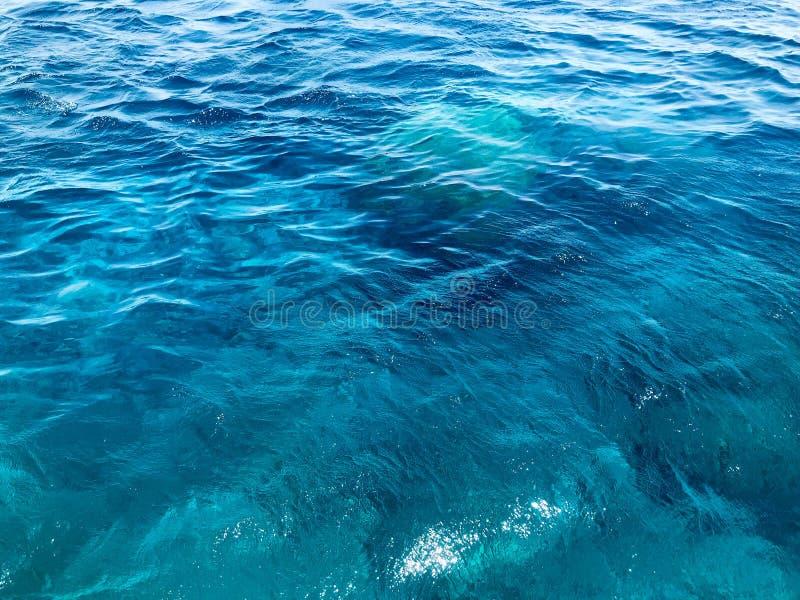 美丽的风景天蓝色的蓝色与波浪,在水的波纹的海,海洋的纹理咸镇静湿水 抽象背景异教徒青绿 库存图片