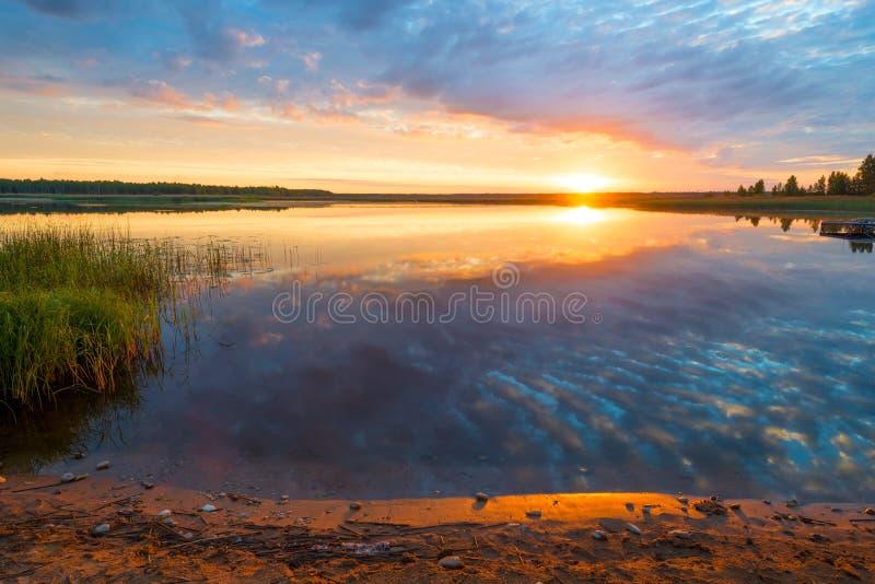 美丽的风景湖在黎明 免版税库存照片