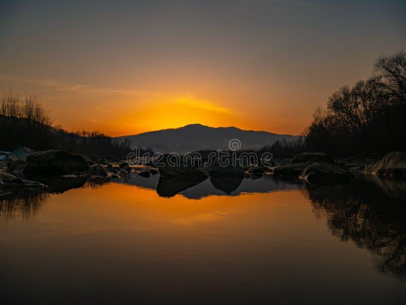 美丽的风景石头山湖、反射、天空蔚蓝和黄色阳光在日出 乌克兰 惊人的场面 免版税库存照片