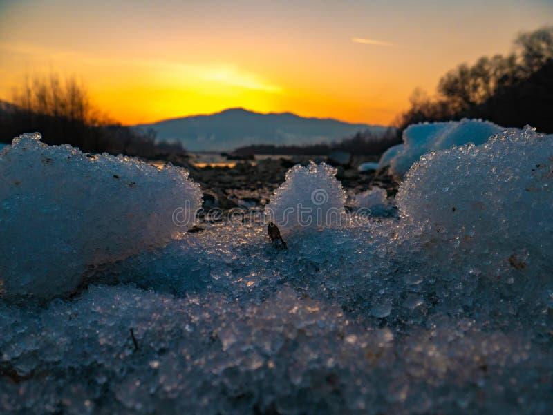 美丽的风景石头山湖、反射、天空蔚蓝和黄色阳光在日出 乌克兰 惊人的场面 图库摄影