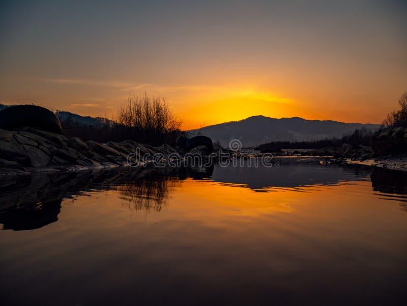 美丽的风景石头山湖、反射、天空蔚蓝和黄色阳光在日出 乌克兰 惊人的场面 免版税库存图片
