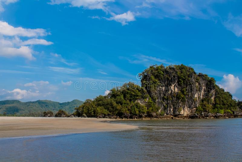 美丽的风景石灰石海岛在Krabi, Nopparat Thara海滩泰国 库存照片