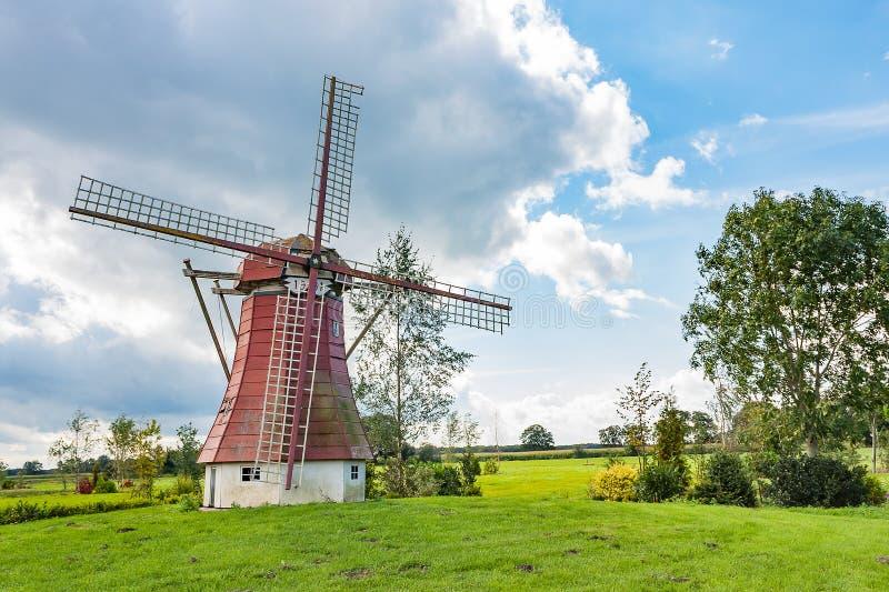 美丽的风车在有黑暗的云彩的德伦特省荷兰在背景 库存图片