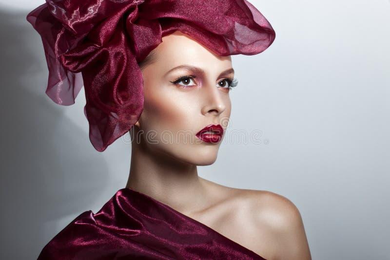 美丽的飞行头发妇女年轻人 在风的红色头发飞行 图库摄影