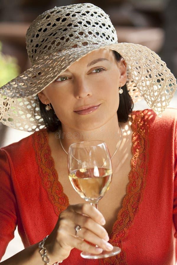 美丽的饮用的酒妇女 免版税库存照片