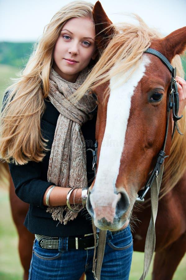 美丽的马妇女年轻人 免版税库存照片