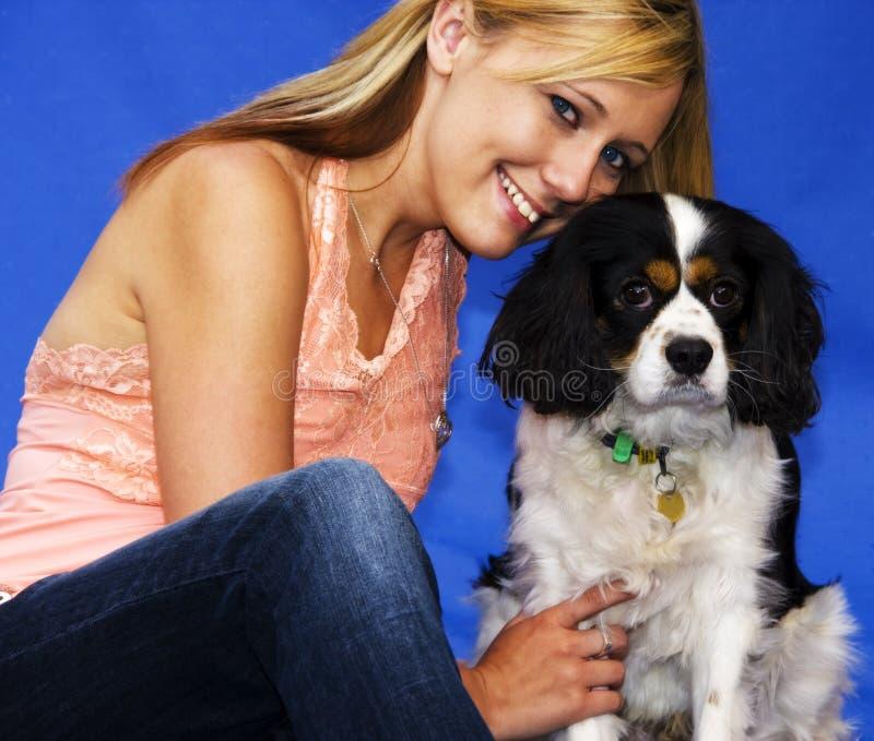 美丽的骑士女孩她的西班牙猎狗 免版税库存图片