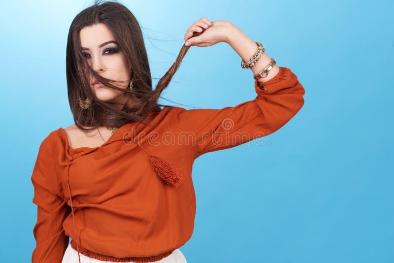 美丽的魅力行家年轻嬉皮妇女画象在演播室 免版税库存图片