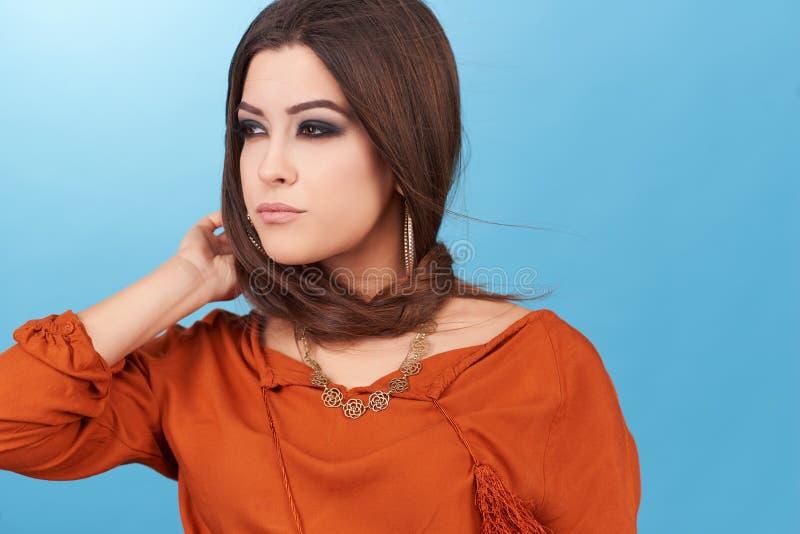 美丽的魅力行家年轻嬉皮妇女画象在演播室 库存照片