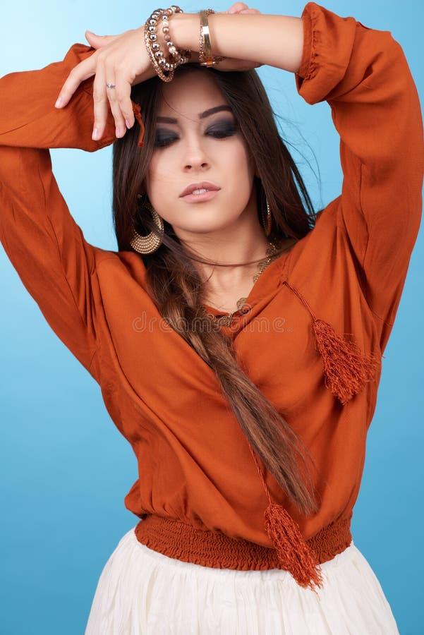 美丽的魅力行家年轻嬉皮妇女画象在演播室 库存图片
