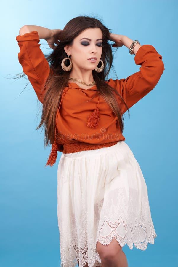 美丽的魅力行家年轻嬉皮妇女画象在演播室 图库摄影