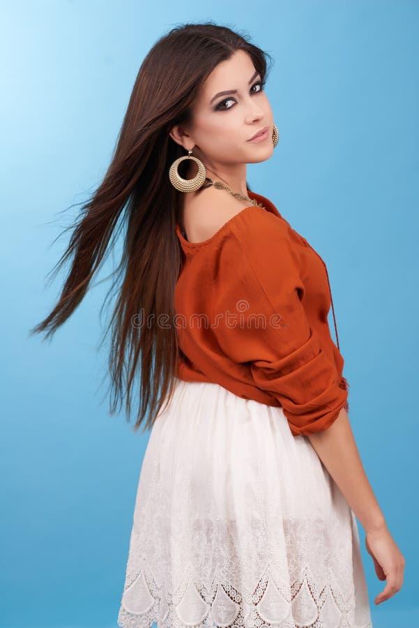 美丽的魅力行家年轻嬉皮妇女画象在演播室 免版税库存照片