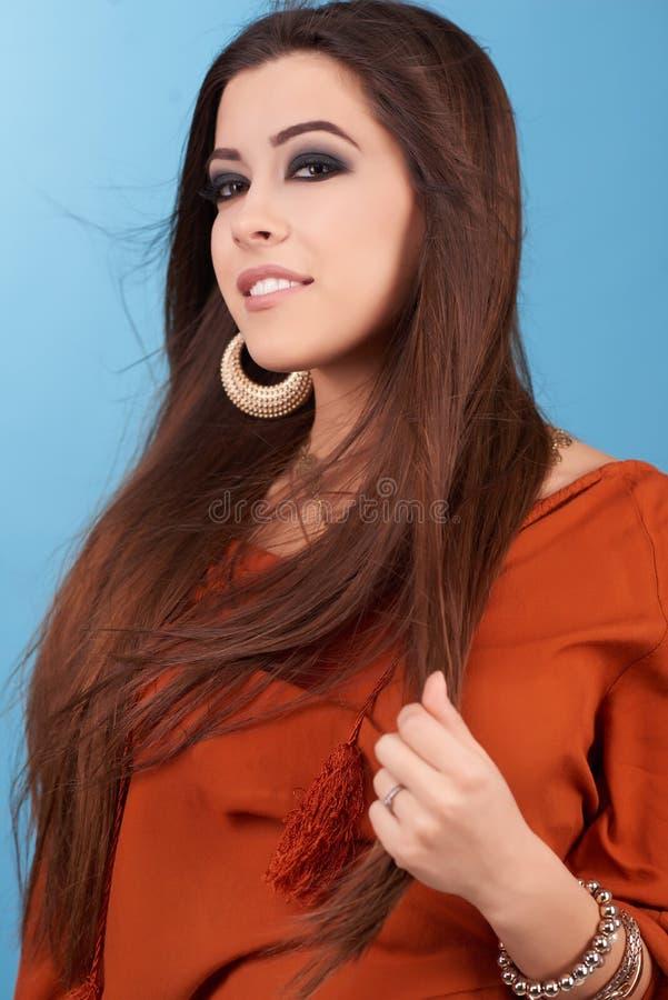 美丽的魅力行家年轻嬉皮妇女画象在演播室 免版税图库摄影