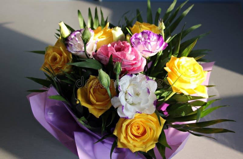 美丽的黄色和白玫瑰花束  免版税库存照片