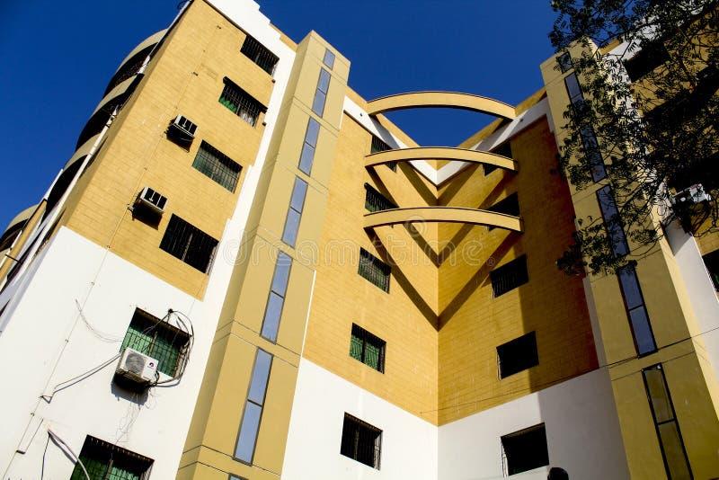 美丽的黄色和白色色的大厦 库存照片